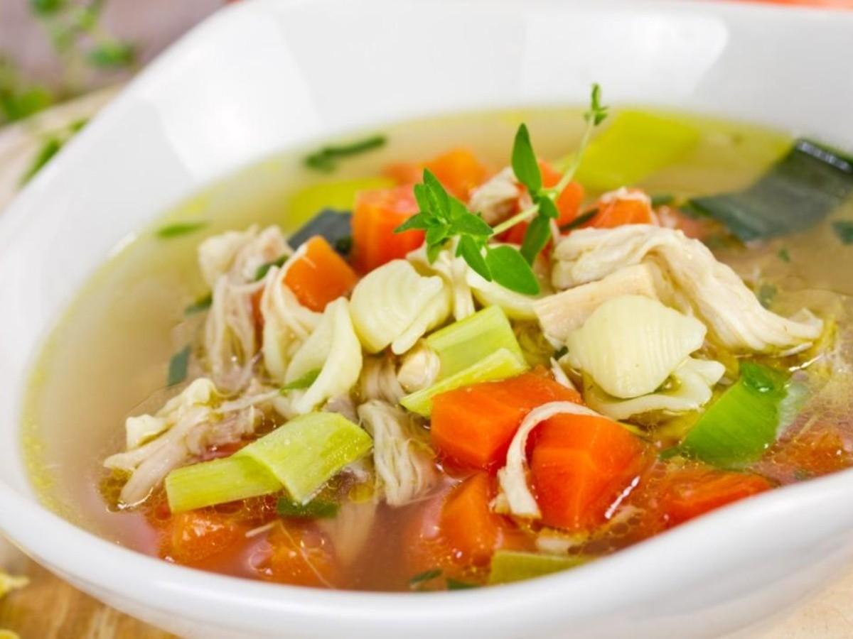 El caldo de pollo, tiene una mezcla de ingredientes que contiene pollo deshebrado o una pieza de pollo completa, verduras, garbanzo , entre otros ingredientes. El precio puede variar según la pieza y el establecimento que lo ofrece.