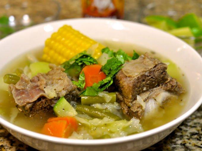 Caldo de res receta mexicana consiste en una sopa hecha con carne vacuna y que contiene diferentes vegetales. Platillo muy nutritivo, además puede combinar con varias guarniciones adicionales.