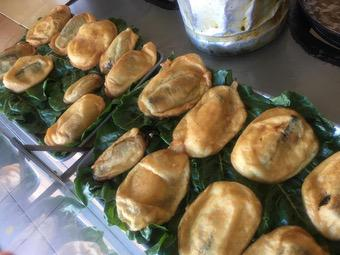 Chiles rellenos con picadillo o queso, capeaditos y fritos
