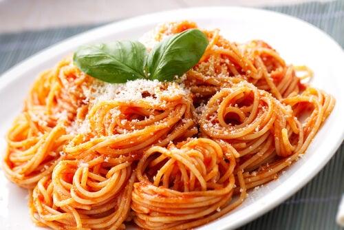 Spaghetti Rojo es una salsa de jitomate con queso parmesano, totalmente natural y una excelente opción como comida saludable o vegetariana.