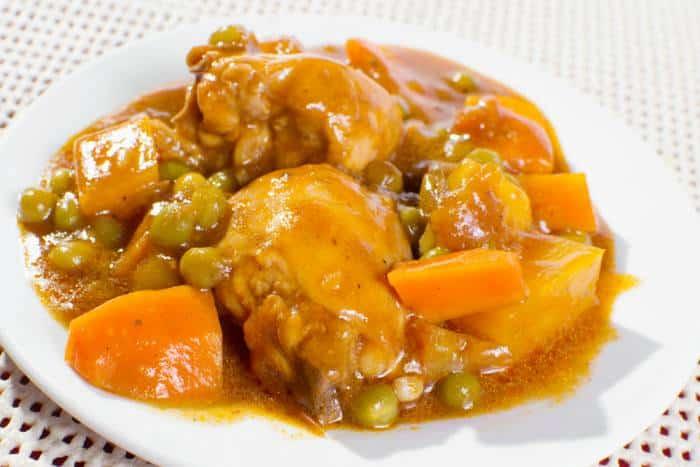 Una guisado de pollo con una pizca de chile de árbol acompañado de verduras.