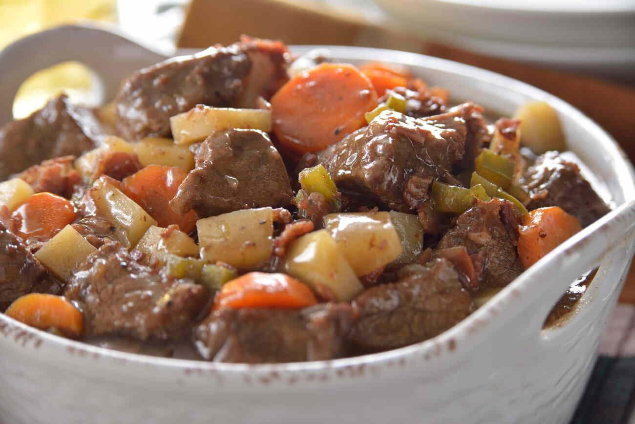 Una guisado de res con una pizca de chile de árbol acompañado de verduras.