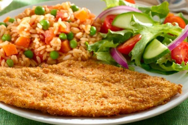 Corte de carne de pollo generalmente delgado que es empanizado en su totalidad para después freír, usualmente se sirve con papas fritas o algún otro acompañamiento que comúnmente son guarniciones o ensaladas.