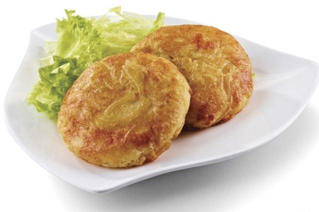 Tortitas capeadas y rellenas de trozos de queso que pueden acompañarse con ensalada
